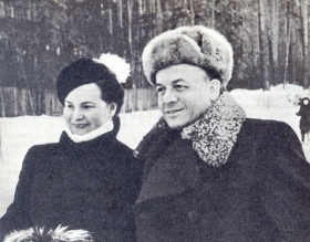 Sergey Yakovlevi Lemeshev with Vera Nikolaevna Kudryavtseva in the Silver Forest. 1954. Photography. (Сергей Яковлеви Лемешев с Верой Николаевной Кудрявцевой в Серебряном бору. 1954 г. Фотография.) (Belyaev)